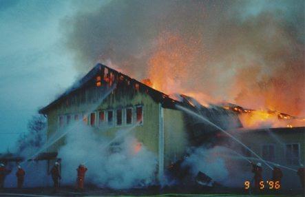 På kort tid var lokalen helt övertänd och brandkåren hade en omöjlig uppgift att försöka släcka branden.