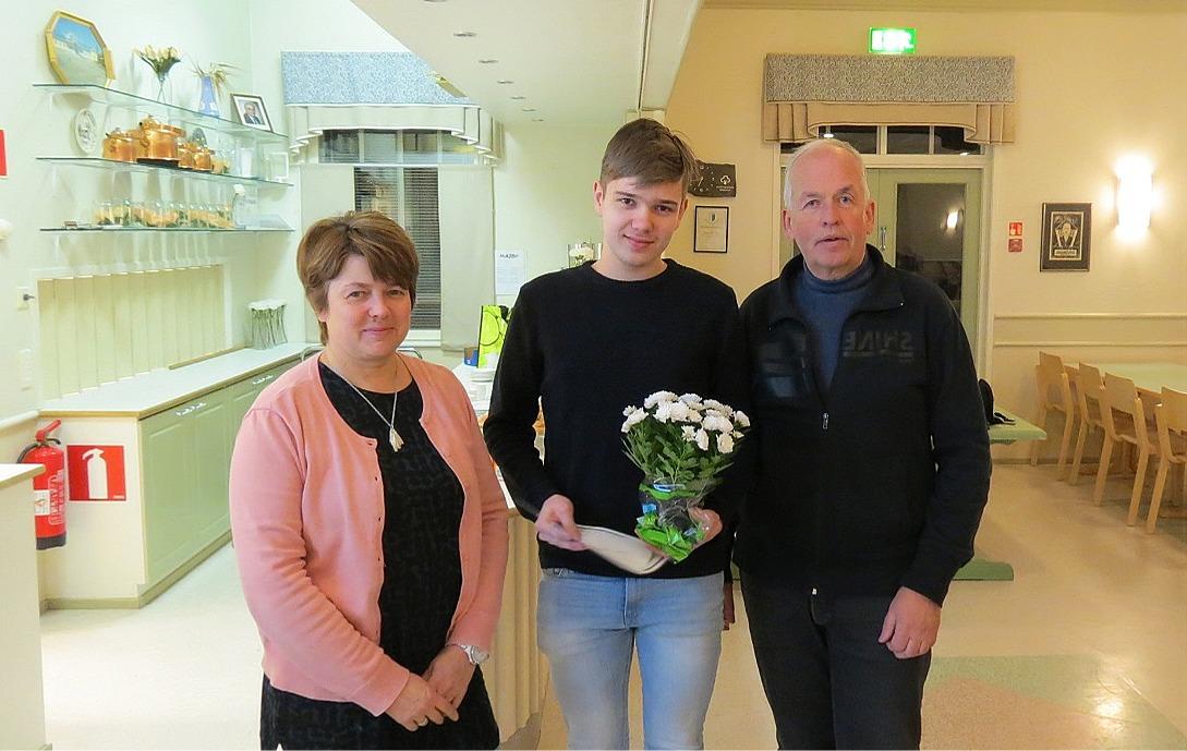 Ur Einar Båsks fond som förvaltas av Dagsmark uf delas årligen ut ett eller flera stipendier åt aktiva föreningsmedlemmar. På årsmötet 2018 fick Kasper Hemberg detta stipendium och Åsa Ekman och Lasse Backlund stod för överräckandet.