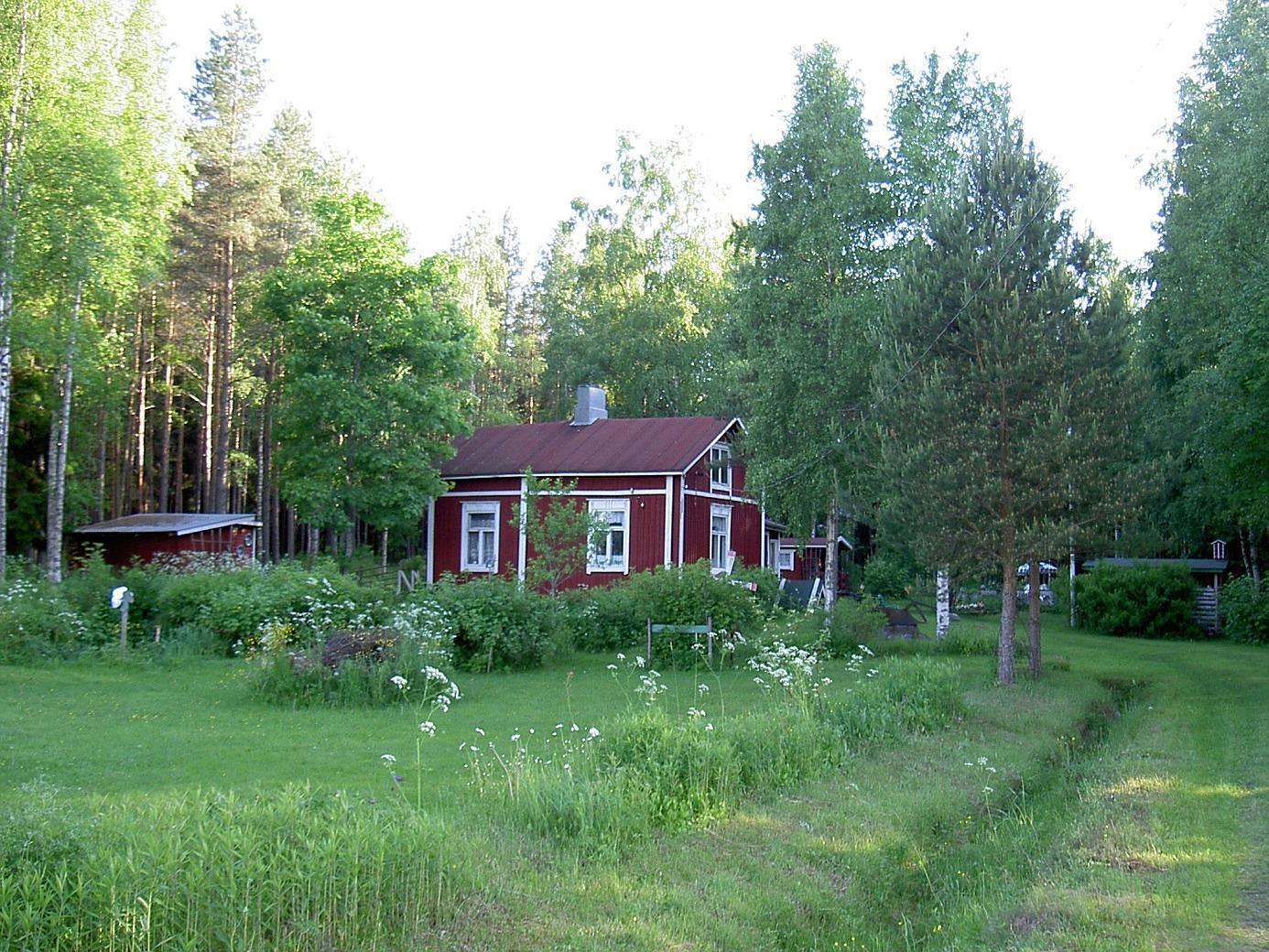 Granholms gård i Nystad sommaren 2003. Den revs efter några år och ersattes då med en ny stockstuga.