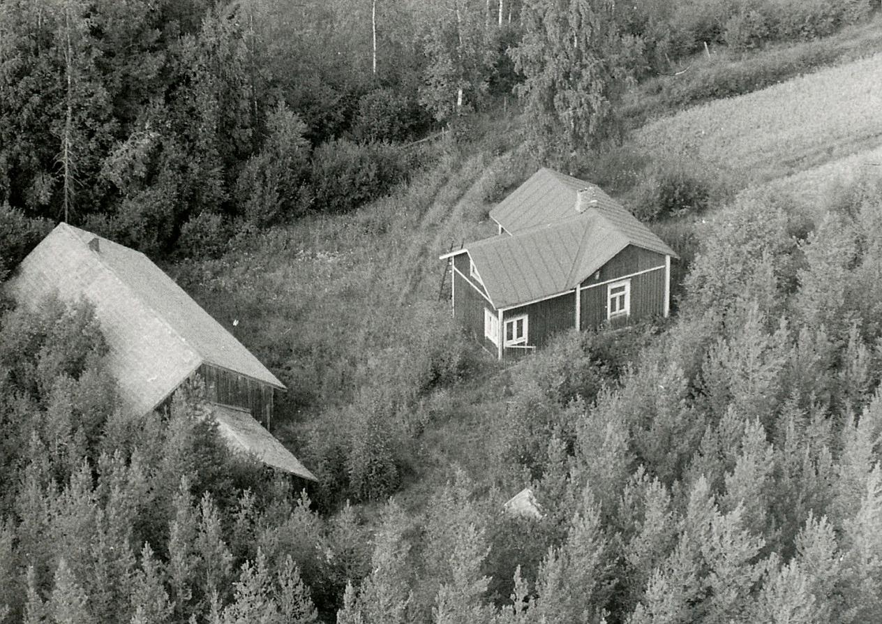 Granholms gård på ett flygfoto från år 1967. Här syns det bra att gården har byggts till med en vinkel inrymmande bland annat en flickkammare.