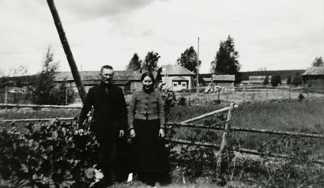Josef Granholm och hans hustru Selma år 1928, alltså samma år som de byggde sitt hus i skogsbrynet. I bakgrunden syns Erik Anders Brobergs gård som revs någon gång i början på 2000-talet.