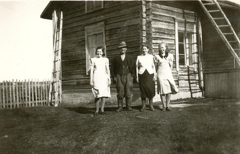 Josef och Selma Granholm med döttrarna Anna längst till vänster. och Ingegerd till höger. De står framför det nya huset i början på 30-talet.