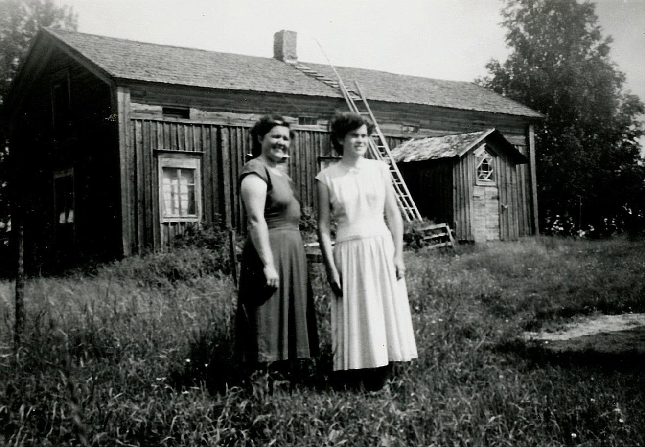 Anna Sonntag och dottern Inger f. 1943 på gården till Selmas barndomshem nära Klemets bron, alltså Halt-Eriks eller Kalleas-Eriks eller Erik Asplunds gård som han hette på riktigt. Klemets bron ligger precis bakom gården.
