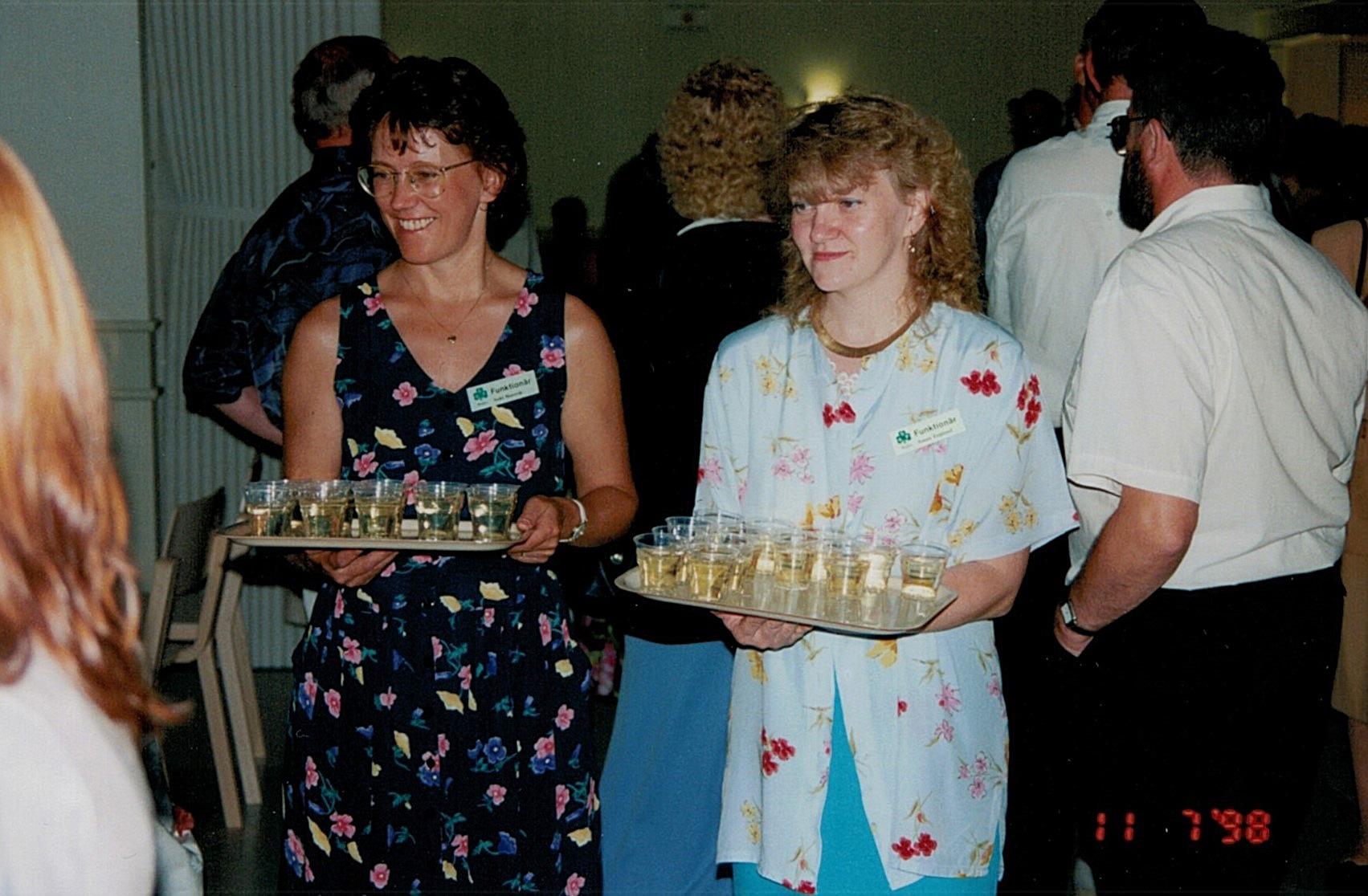 Ann-Christin Norrvik och Susan Englund bjuder gästerna på en välkomstdrink vid lördagskvällens dans.