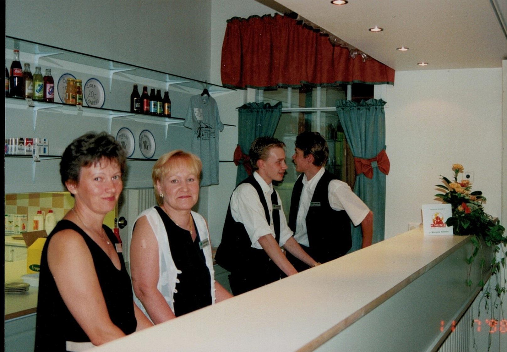 Ann-Christine Lundell, Tuula Lundell, Niklas Rosengren och Jonas Lind står färdiga bakom serveringsdisken vid lördagens danstillställning.