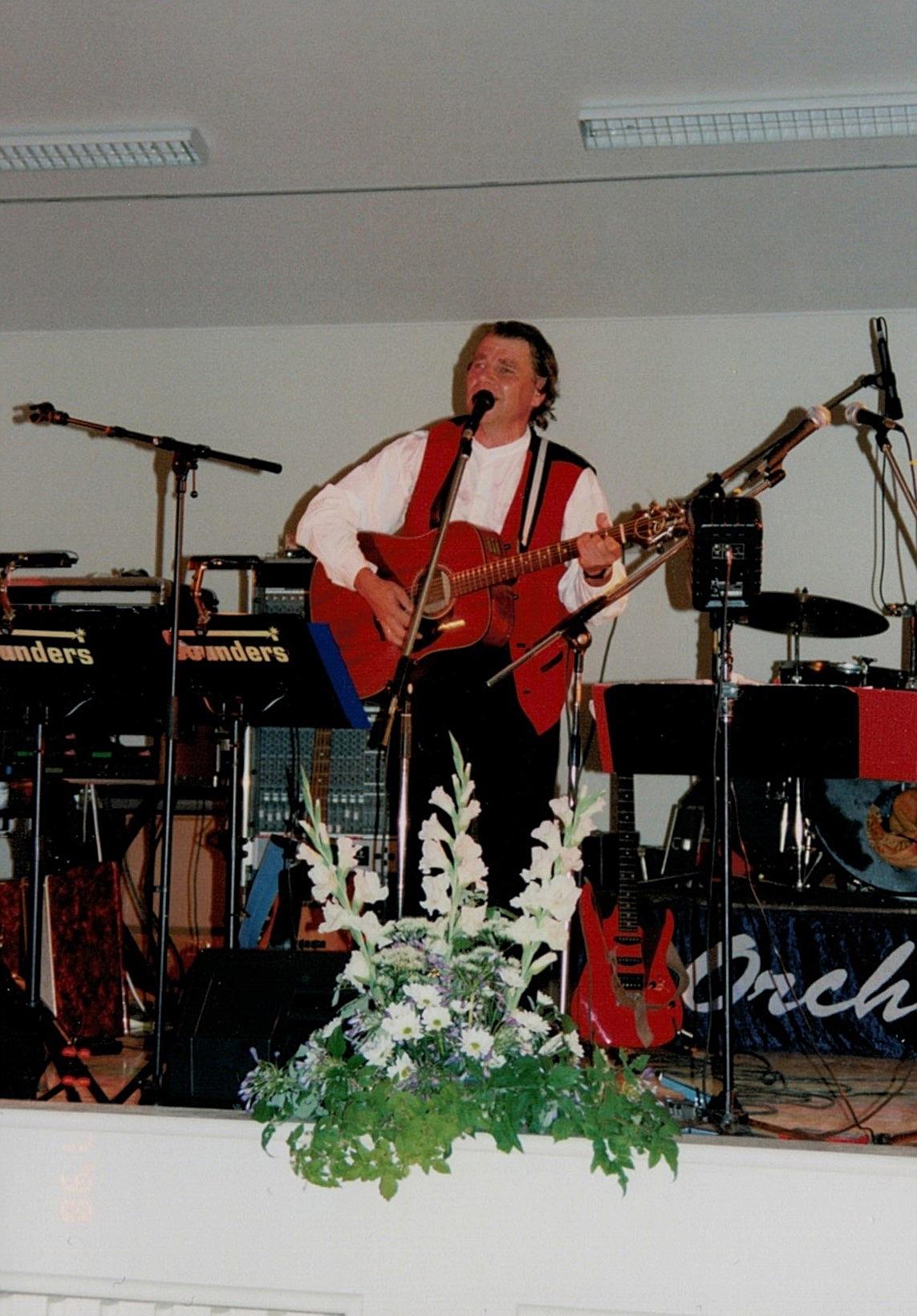Arto Rintamäki uppträdde på lördagskvällens danstillställning med svängig sång och musik.