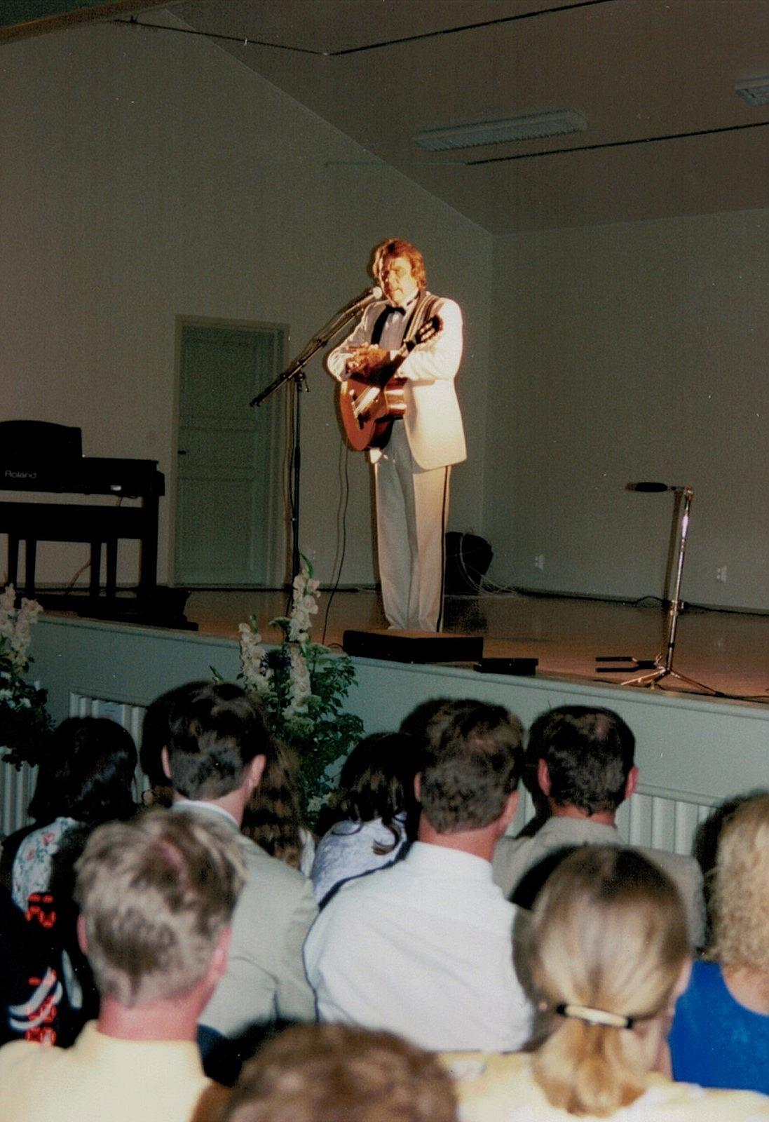 Arto Rintamäki, som är den mest kända artisten från Dagsmark uppträdde med sin gitarr på invigningsfesten.