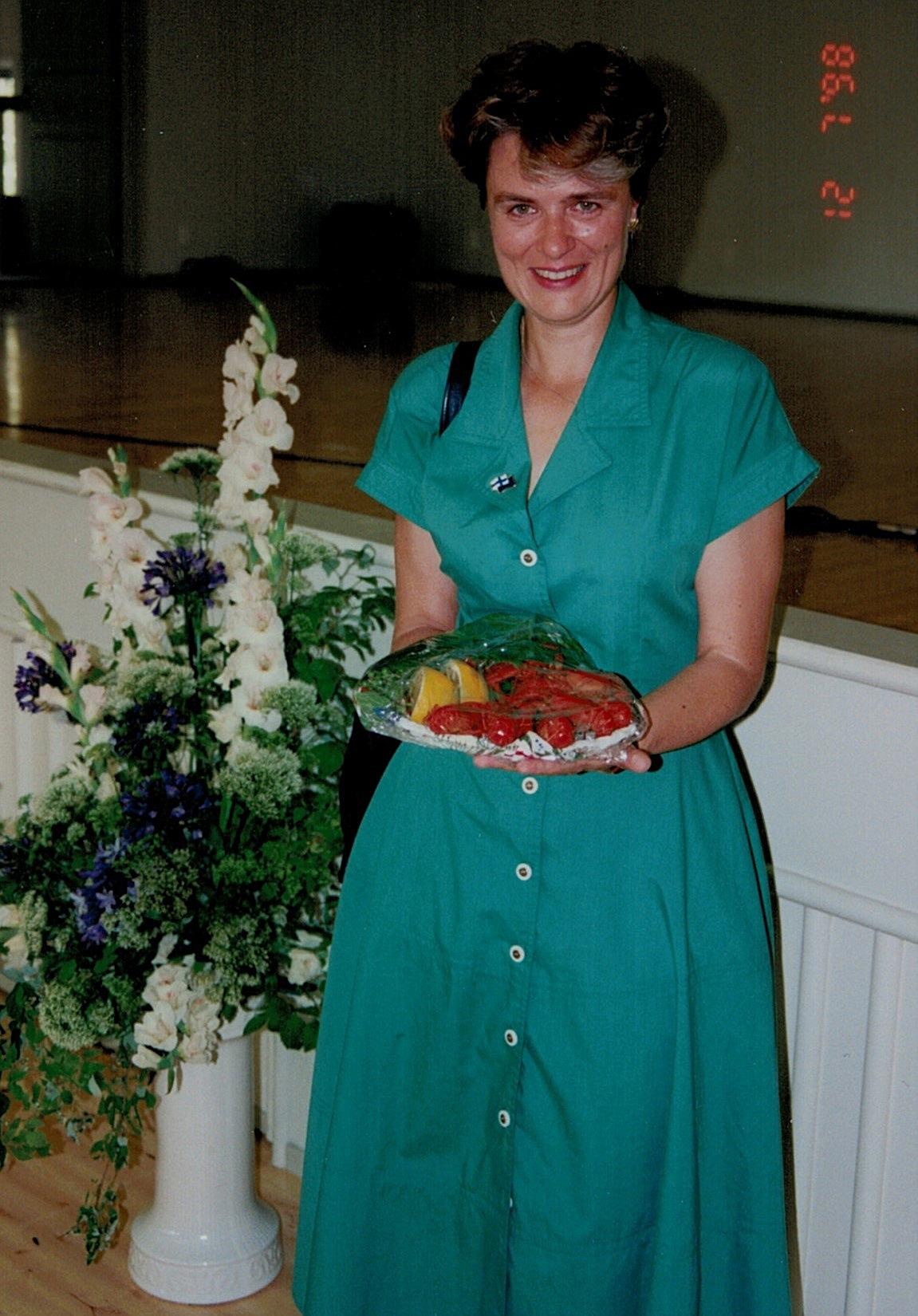 Festtalaren Astrid Thors fick ett fat med kräftor av Siv och Torolf Lindfors.
