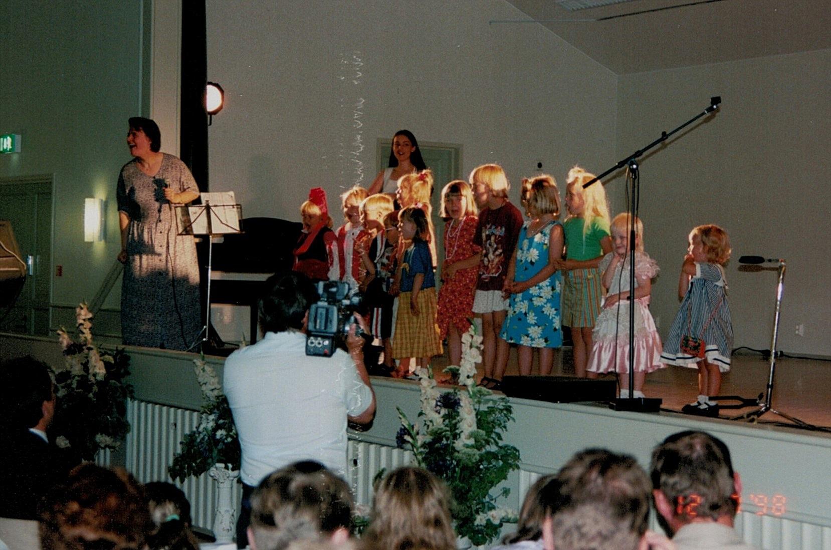 Catarina Englund leder barnkören som uppträdde på invigningsfesten. I bakgrunden Nanna Rosengård.