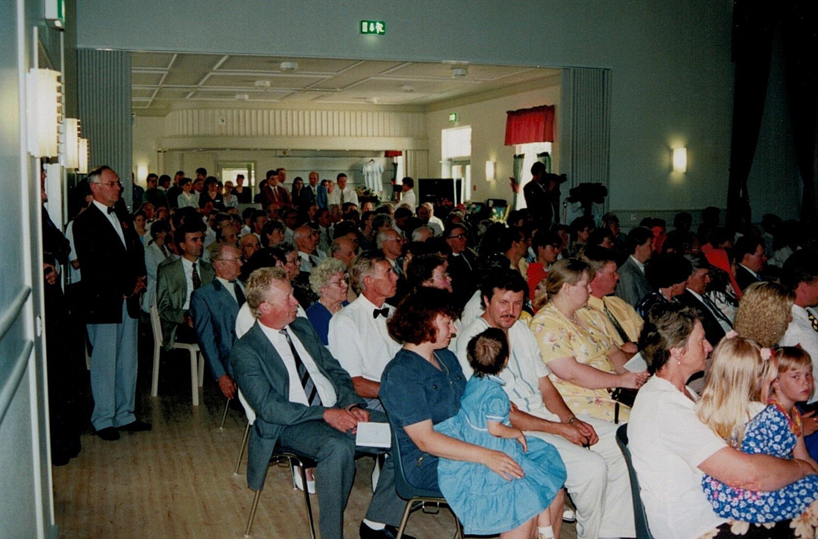 Under invigningsfesten var alla sittplatser i salen upptagna och ståplatserna i serveringsrummet kom väl till pass.