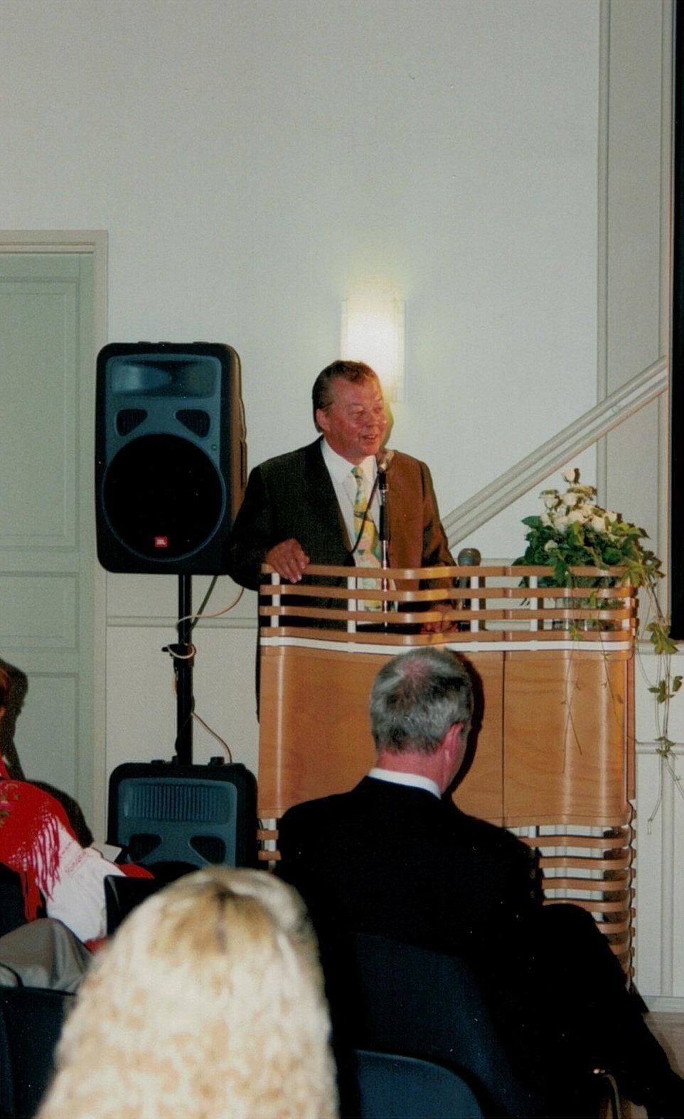 Stadsstyrelsens ordförande Hans Ingvesgård från Lappfjärd framförde stadens hälsning på invigningsfesten.