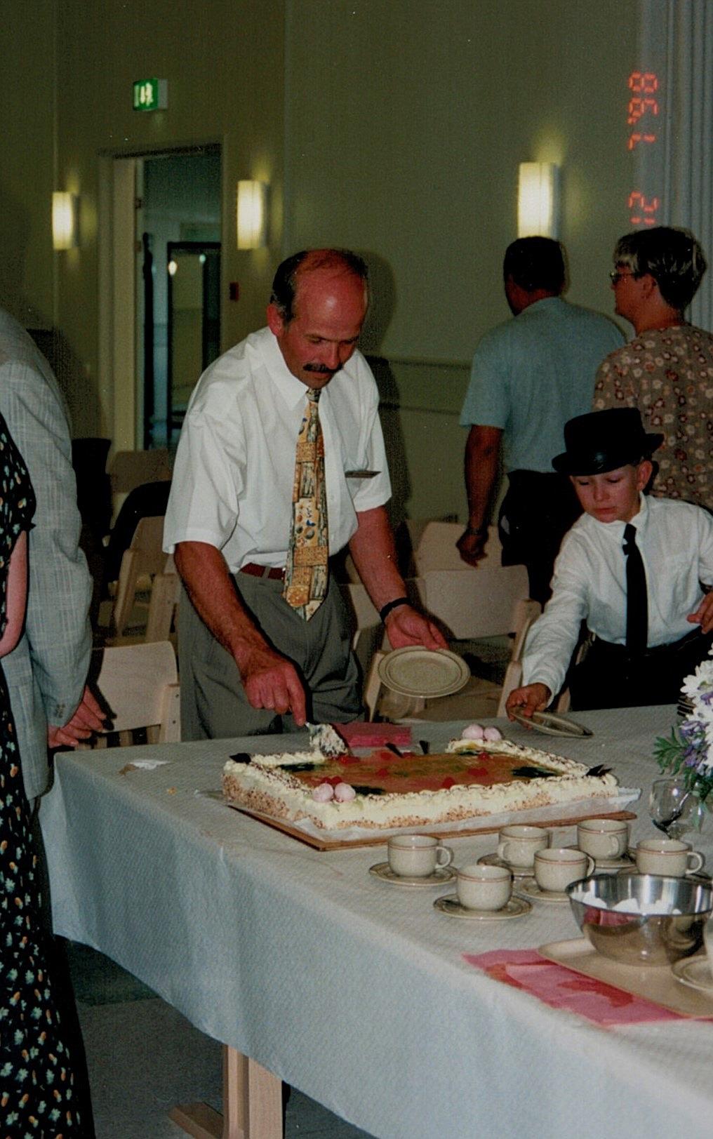 John Backlund skär upp av tårtan.