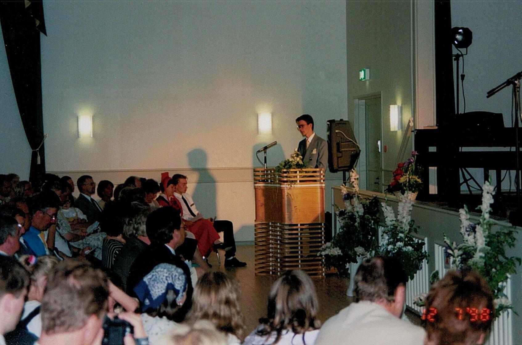 Ungdomsföreningens ordförande Jukka Backlund håller hälsningstalet vid invigningsfesten.
