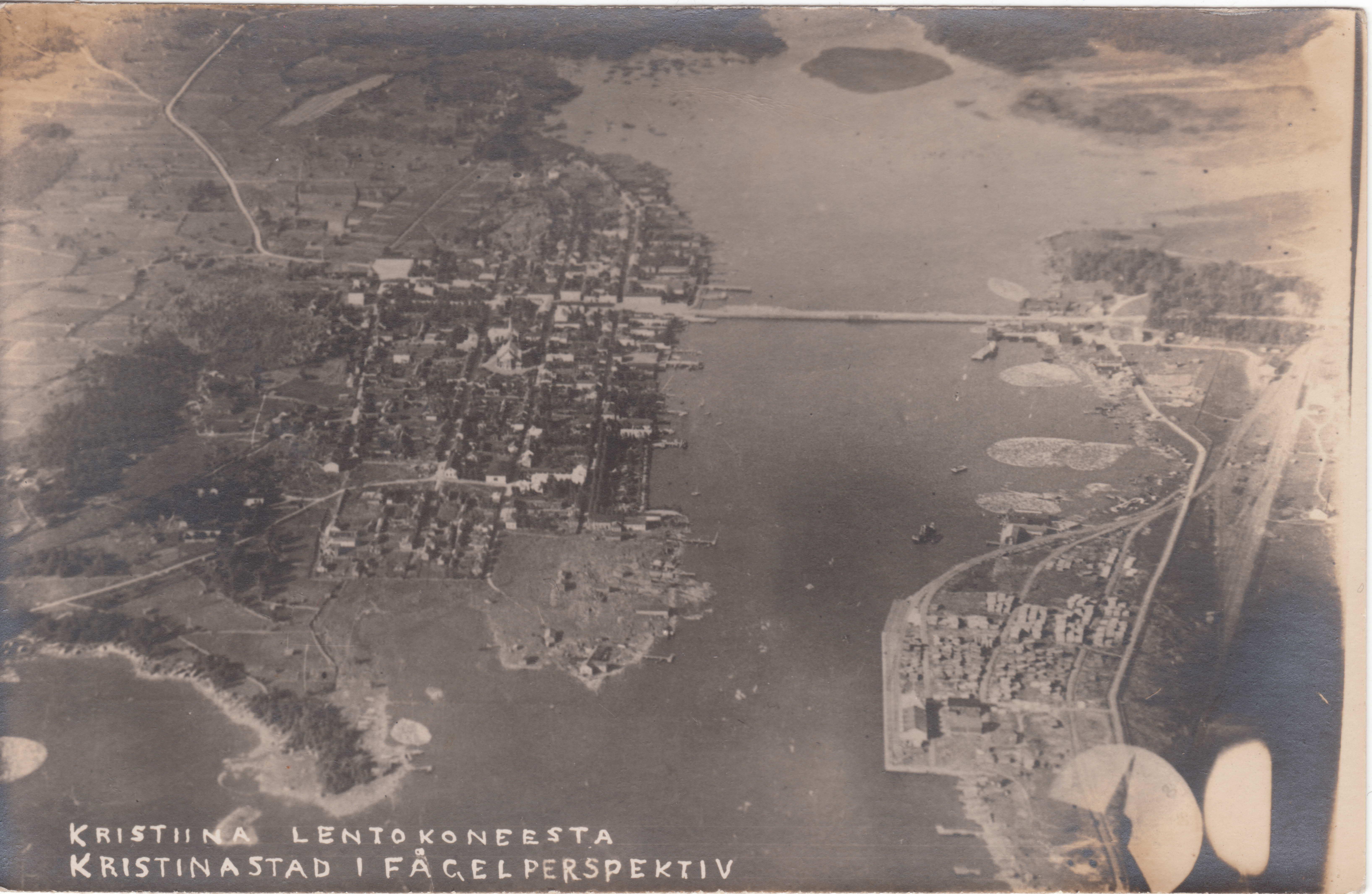 Bland annat detta foto över Kristinestad tog Könni, då det första flygplanet i historien körde längs med kusten. Fotot lånat av Jarkko Ikkelä-Koski.