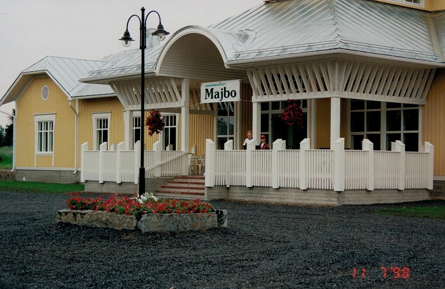 Föreningshuset Majbo står redo för den första tillställningen, lördagen den 11 juli 1998.