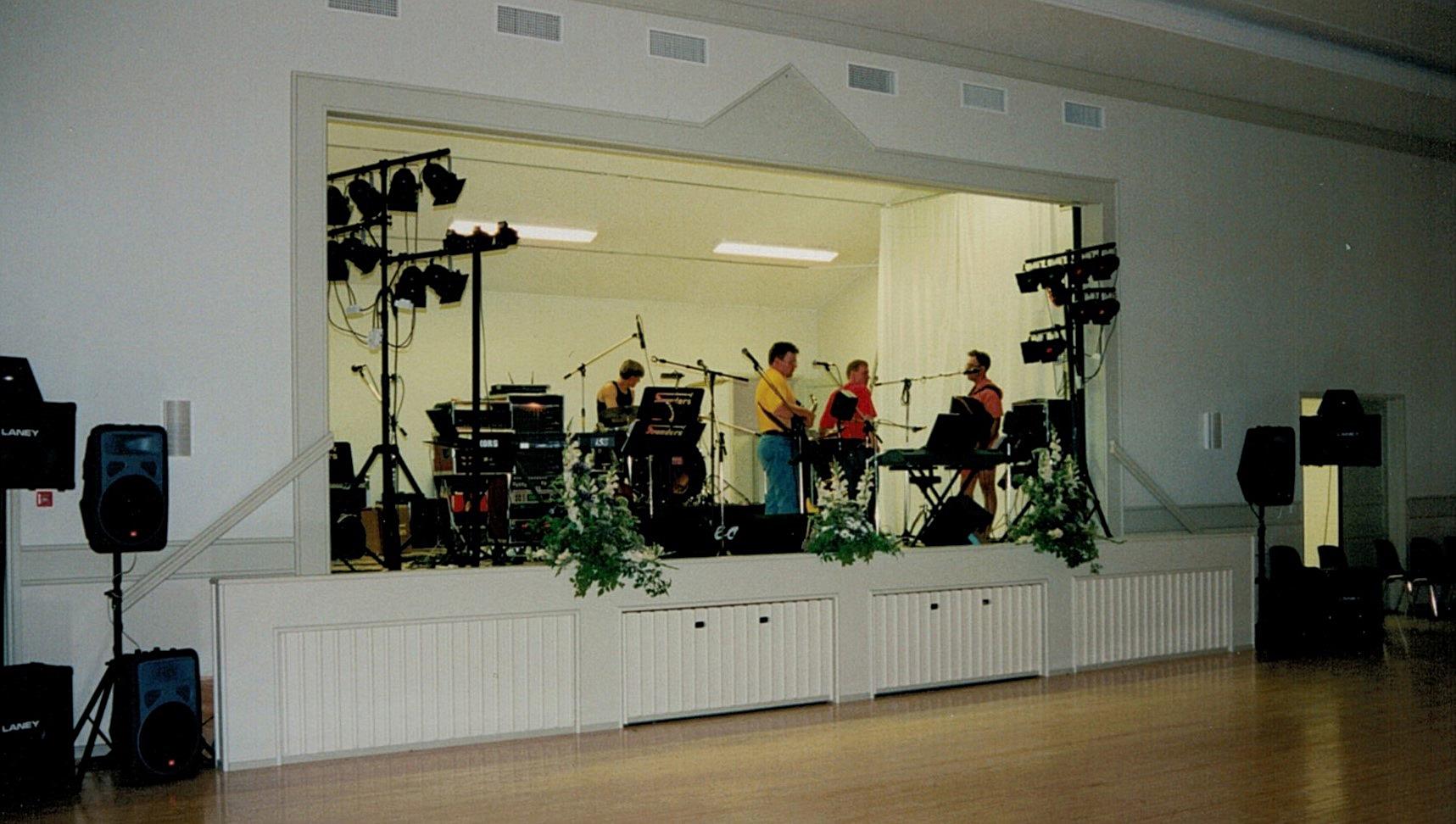 Orchideos med flera medlemmar från Korsbäck fick äran att spela på den första dansen i det nya Majbo.