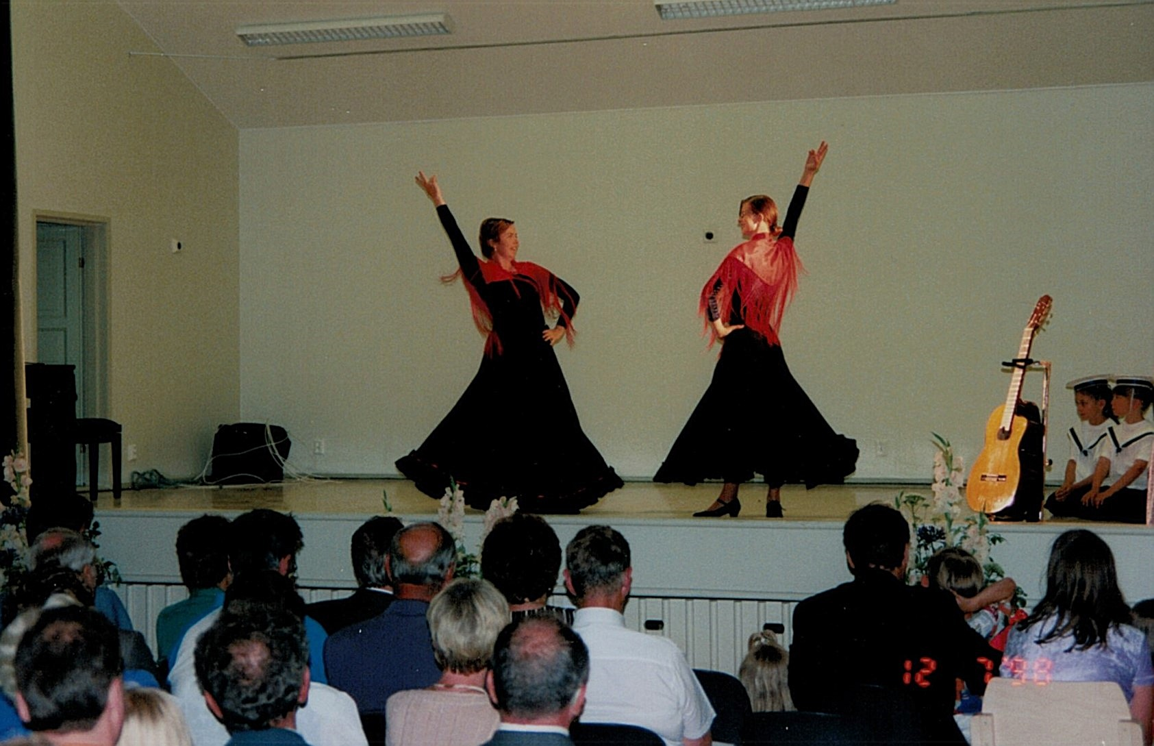 Reija Backlund och Åsa Backlund framför en flamencodans vid invigningsfesten.