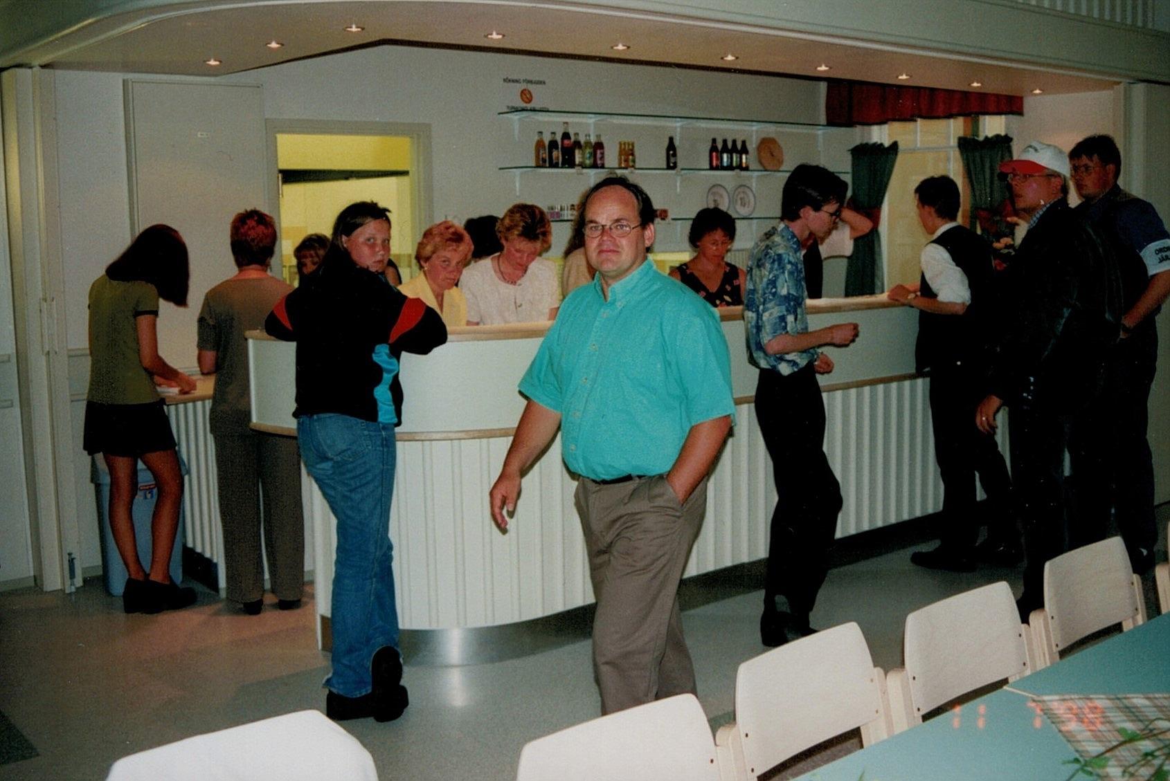 Verksamhetsledaren Roger Lundell ser nöjd och förväntansfull ut inför kvällens danstillställning och morgondagens invigningsfest.