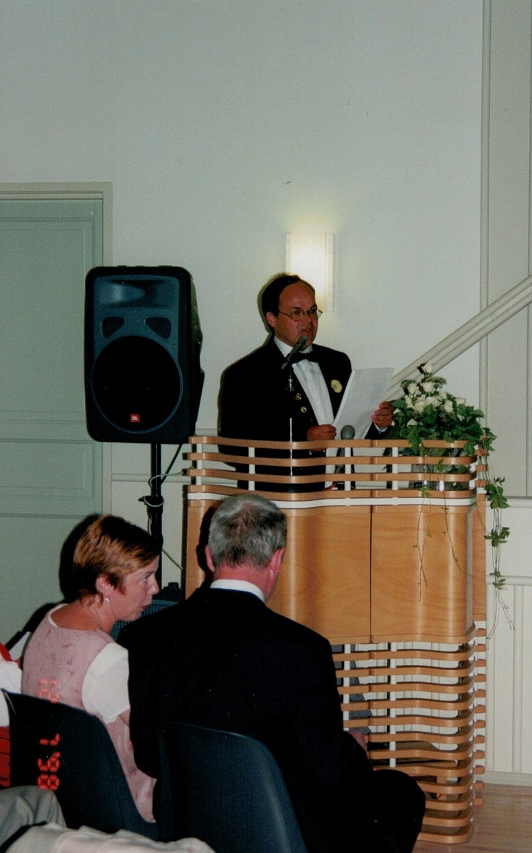 I talarstolen verksamhetsledaren Roger Lundell och längst fram i publiken Reija och Kurt Backlund.