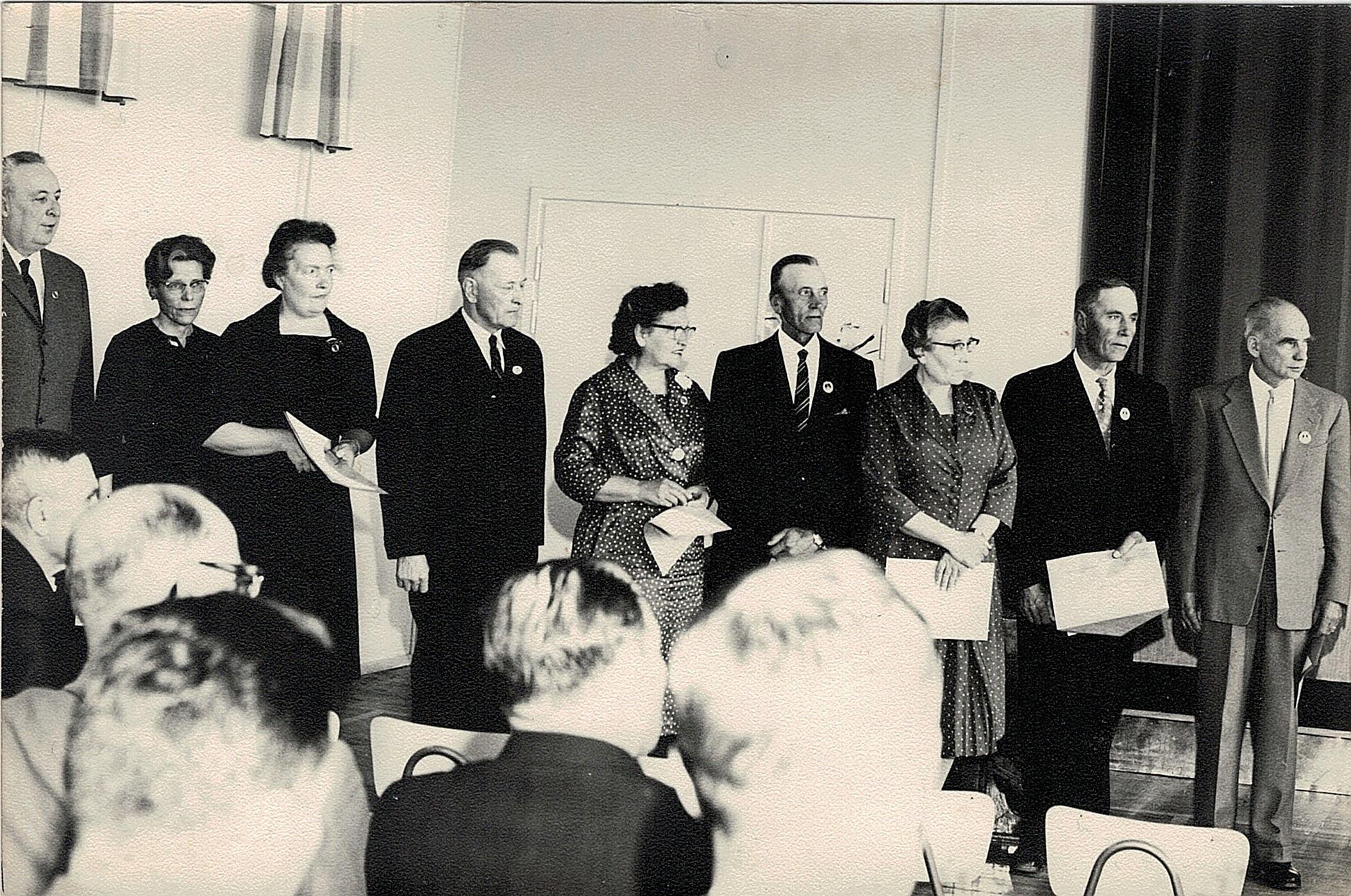 """I juni 1962 premierades flera Lappfjärdsbor med """"Finlands svenska landskommuners förbunds utmärkelsetecken"""". Från vänster läraren Einar Lind från Dagsmark, Elna Bergman, Linnea Lind, Selim Björses, Astrid Ellfolk, Valdemar Rosengren, Anna Kallsén, Artur Enkulla och Thorolf Dreijer."""