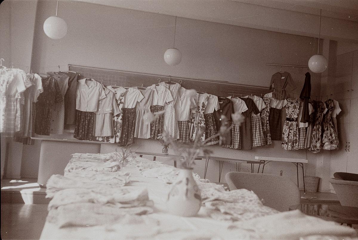 Kläder och andra nyttoföremål tillverkades på handarbetslektionerna i helt otroliga mängder. Fotot från skolavslutningen 1963.