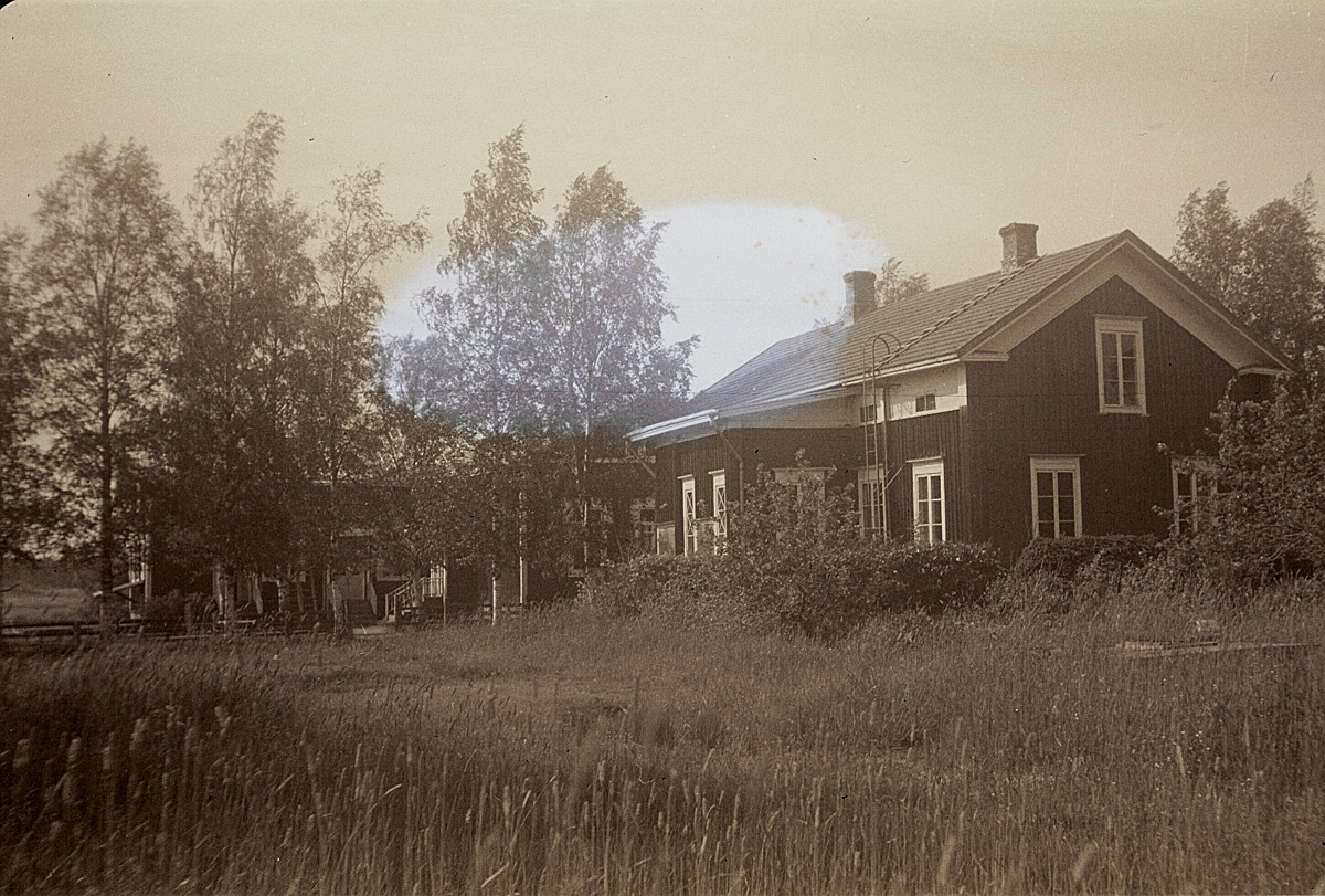 I bakgrunden bakom träden syns södra folkskolan, alltså nuvarande Kantilena. Byggnaden till höger revs för flera år sedan, och i den bodde läraren i den norra ändan och lärarinnan i den södra.