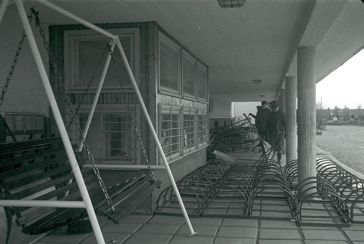 Takstegar, gungor och cykelställningar tillverkades i metallslöjden på den nya centralskolan.