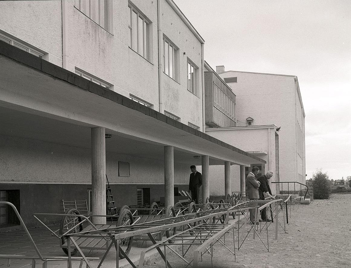 Handkärror och takstegar i långa rader visas upp på skolavslutningen.