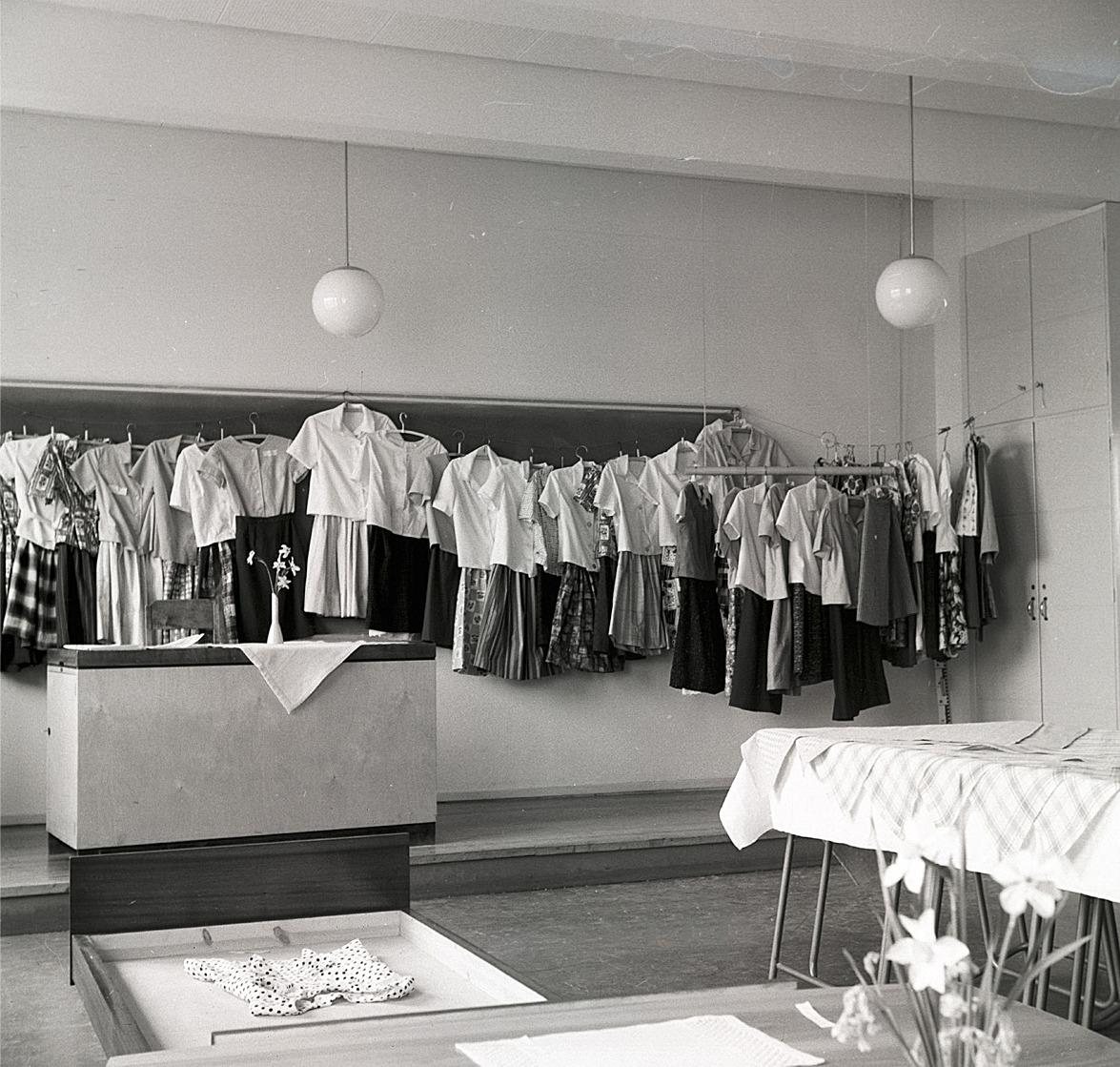 Kläderna från handarbetslektionerna utställda i klassrummet.