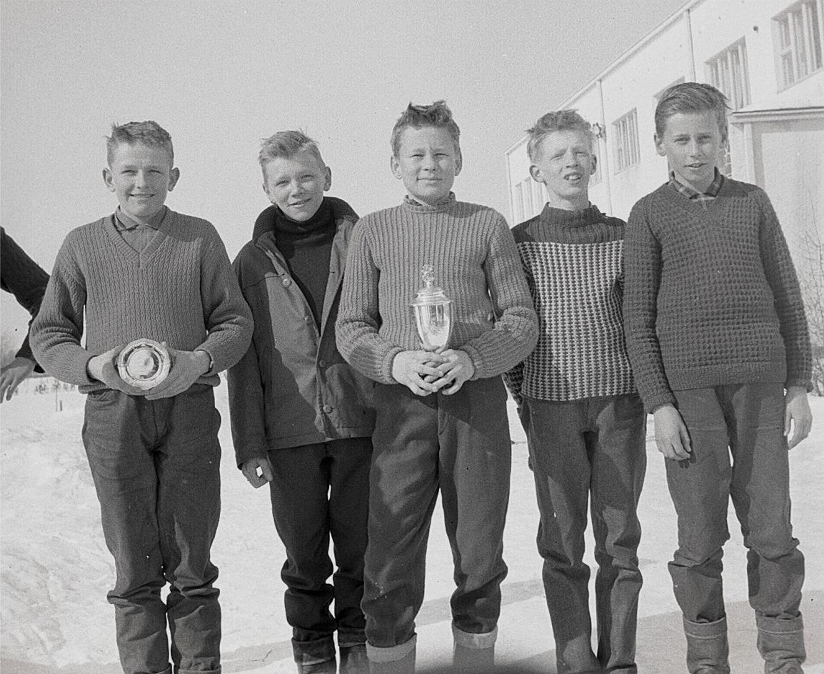 Glada vinnare i en skidtävling, från vänster Jonny Ingvesback, Karl Erik Ebb, Göran Gullmes, Hans Hoxell och Ernfrid Grannas.
