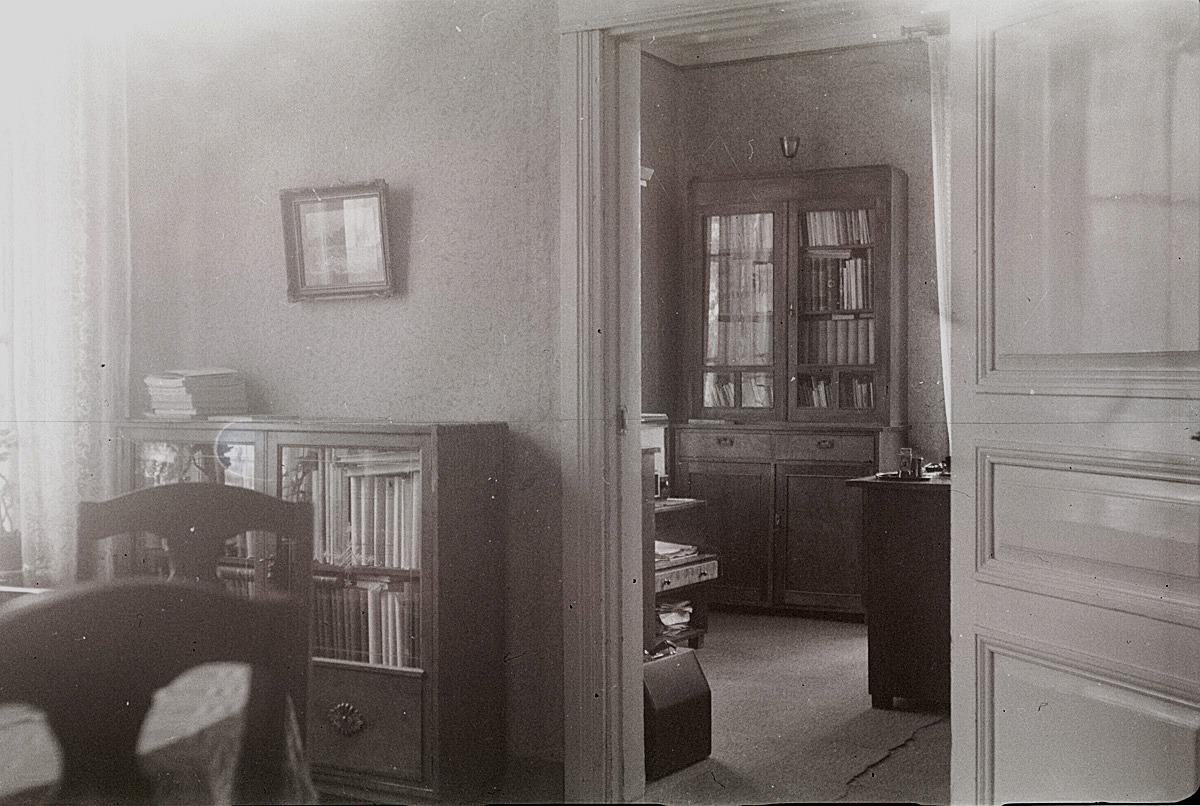 Salens norra sida med insyn i nordvästra kammaren i Selim Björses bostad vid södra skolan.