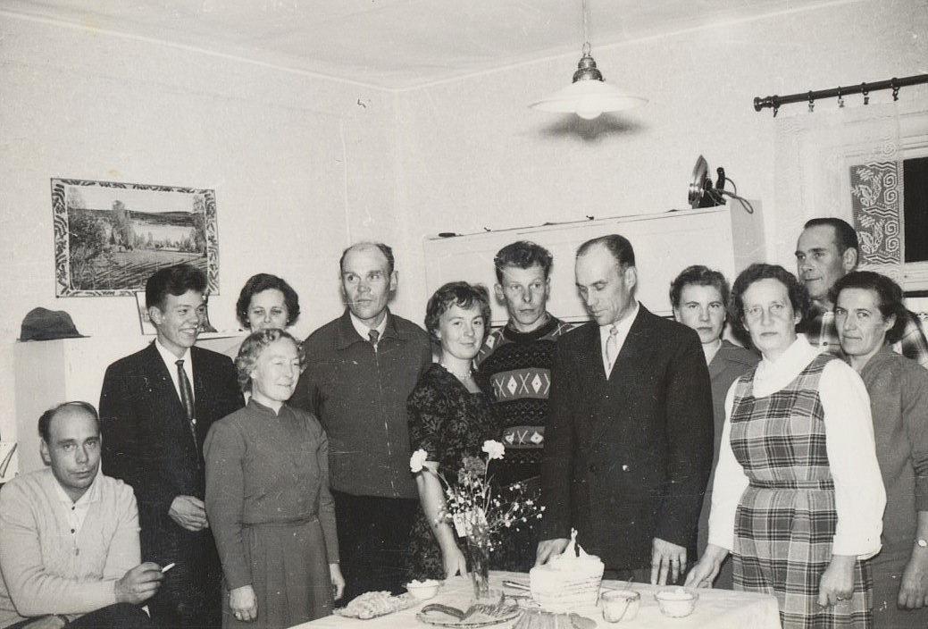Släkten och grannarna samlade hos familjen Grans år 1960. Från vänster Åke Grans, Jarl Grans, Signe Grans, bakom henne Göta Lindell, Lennart Grans, Gun-Lis Långfors, Boris Långfors, Runar Grans, Vineta Forsbom, Elna Grans Ragnar Långfors och Margit Björklund.