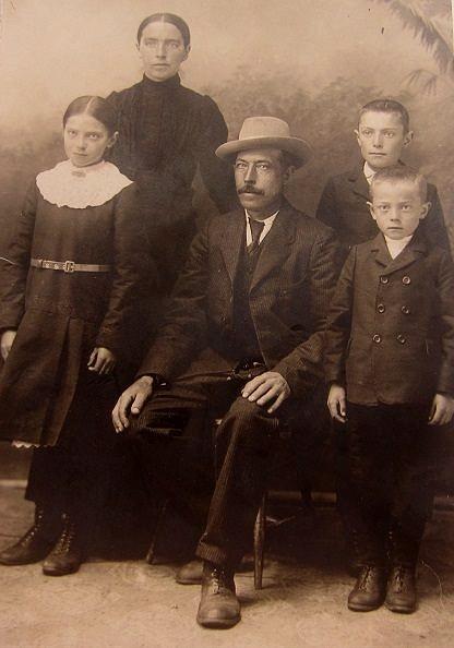 Valentin Rosenback sittande med familjen, från vänster Elin, hustrun Selma och sönerna Selim och Eskil.