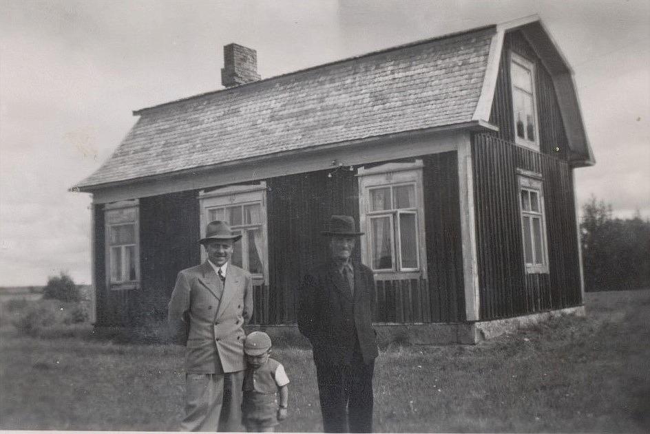 Birger Grönroos köpte Lillsjö-Mattasinas gård på Lillsjövägen redan 1948. Han flyttade med hustrun Helga och sonen Ove till Sverige men här är han hemma på besök tillsammans med fadern Erland Grönroos.