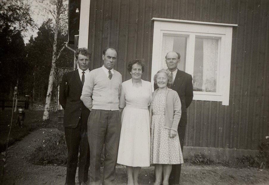 Signe och Lennart Grans till höger hälsar på Runar och Elna Grans på Byåsen. Till vänster står Signes måg Boris Långfors.