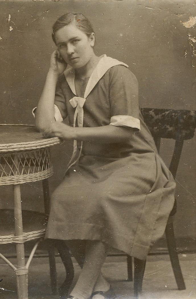 """Ellen Grönroos flyttade som barn till farfar """"Lillkårk-Josip"""" och farmor Anna Kajsa på Åbackan, där hon sedan växte upp. Hon gifte sig med Yrjö Pullola och bodde med honom på flera ställen."""
