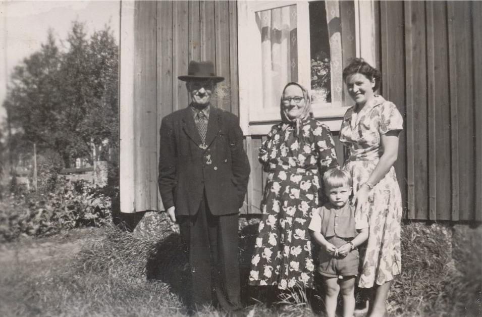 Erland och Selma Grönroos tillsammans med sonhustrun Helga och barnbarnet Ove i mitten på 50-talet.