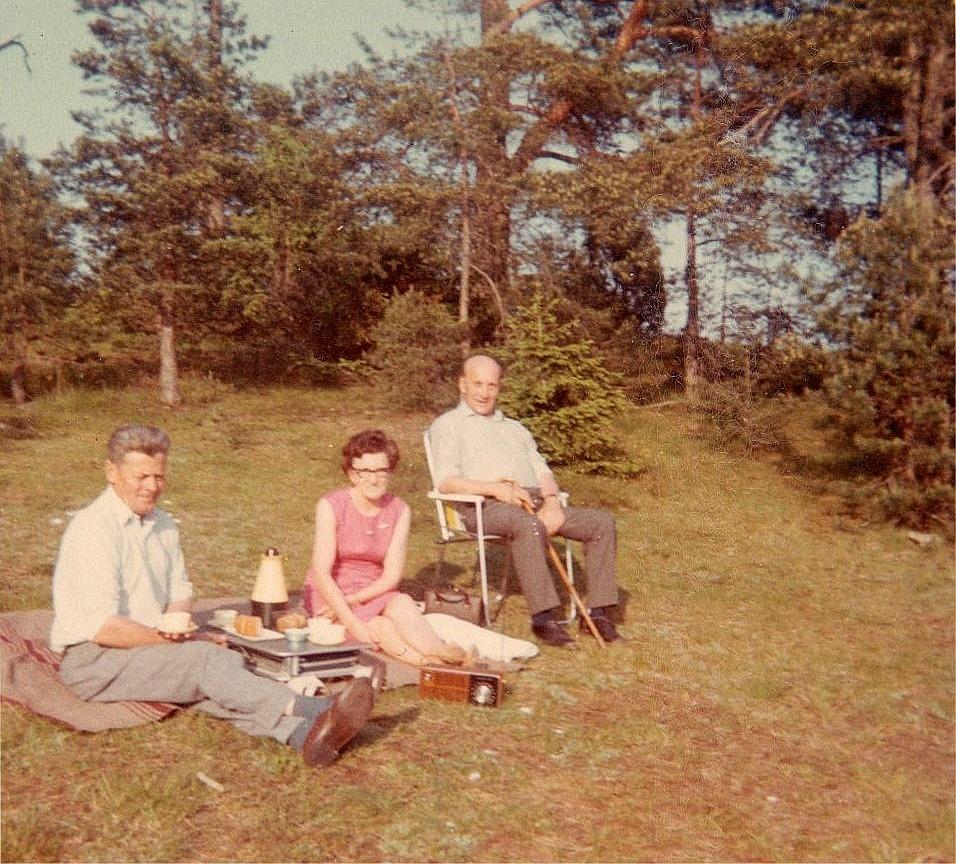 Eskil Rosenback till vänster på picnic med Gerda och Alfred Storkull.