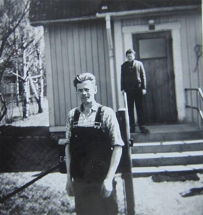 Eskil Rosenback utanför hemmet år 1963, i bakgrunden sonen Bror.