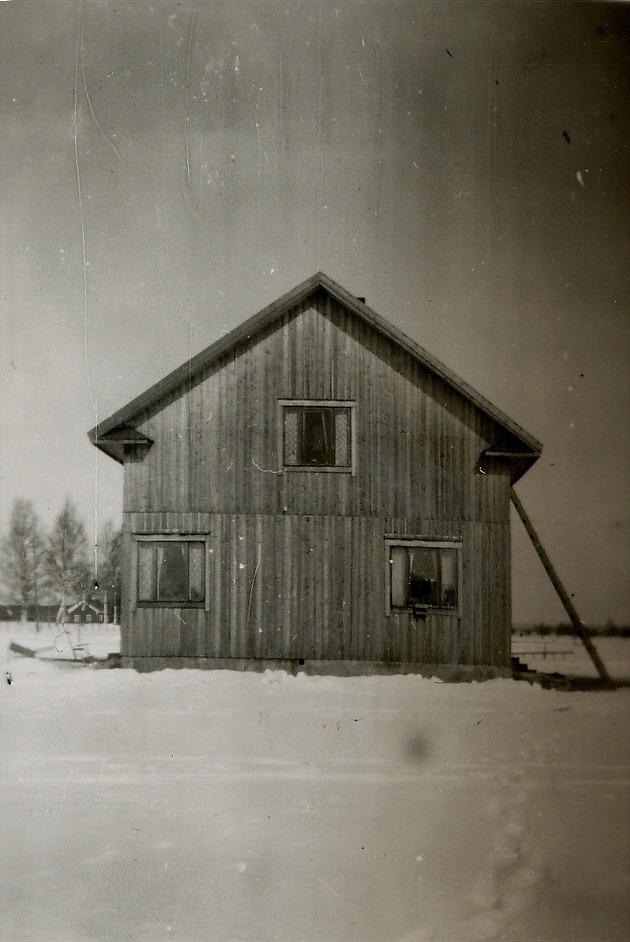 Eskil Rosenbacks nybyggda gård 1951. Den byggdes av stockar av Valentins gamla gård, som i tiderna hade stått nere i Dagsmark centrum i Likvagnsjäälon.