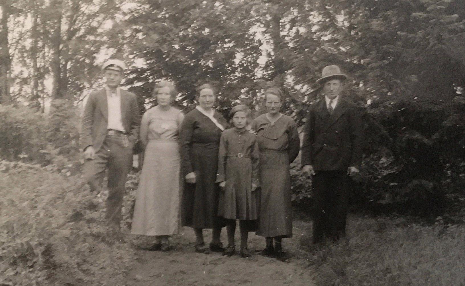 Från vänster Bertel, Mildrid, Selma, Evy, Ines och Axel Forslin i trädgården.