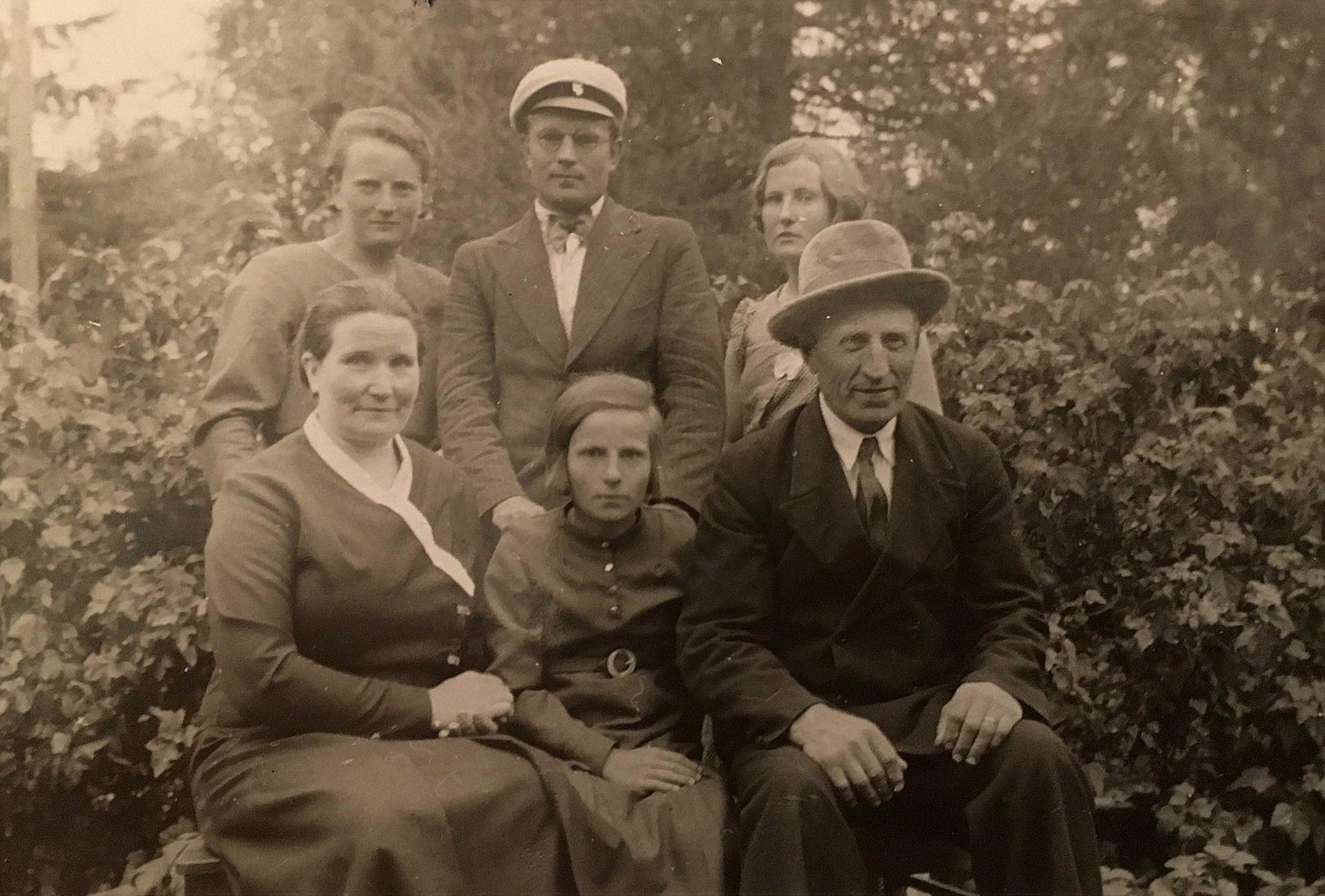 Selma och Axel Forslin med yngsta dottern Evy mellan sig. Bakom står Ines, Bertel och Mildrid.