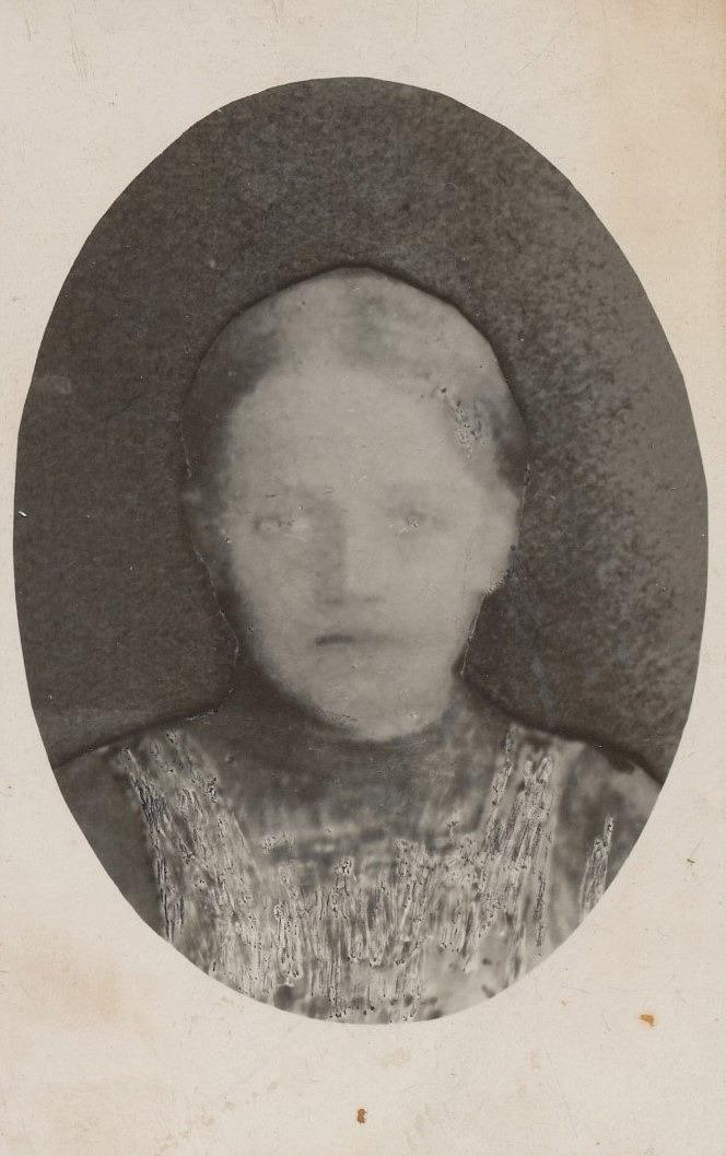 Thyra (1912-1928) var Erland och Selma Grönroos andra dotter som dog tidigt i unga år.