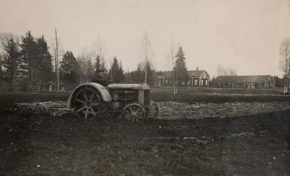 På Viktor Nylunds foto så håller Lennart Grans på och harvar åkern hos Nylundas. I bakgrunden Nylundas gamla gård och uthusen som syns, står fortfarande kvar.