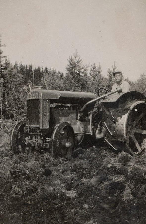 I början på 1930-talet skaffade Lennart Grans en traktor och nog ser han lite stolt ut där han håller till.