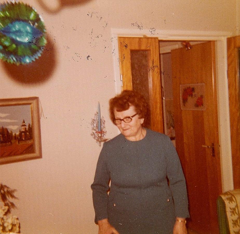 Ines Rosenback år 1972. På väggen hänger den obligatoriska tavlan med Lappfjärds kyrka.