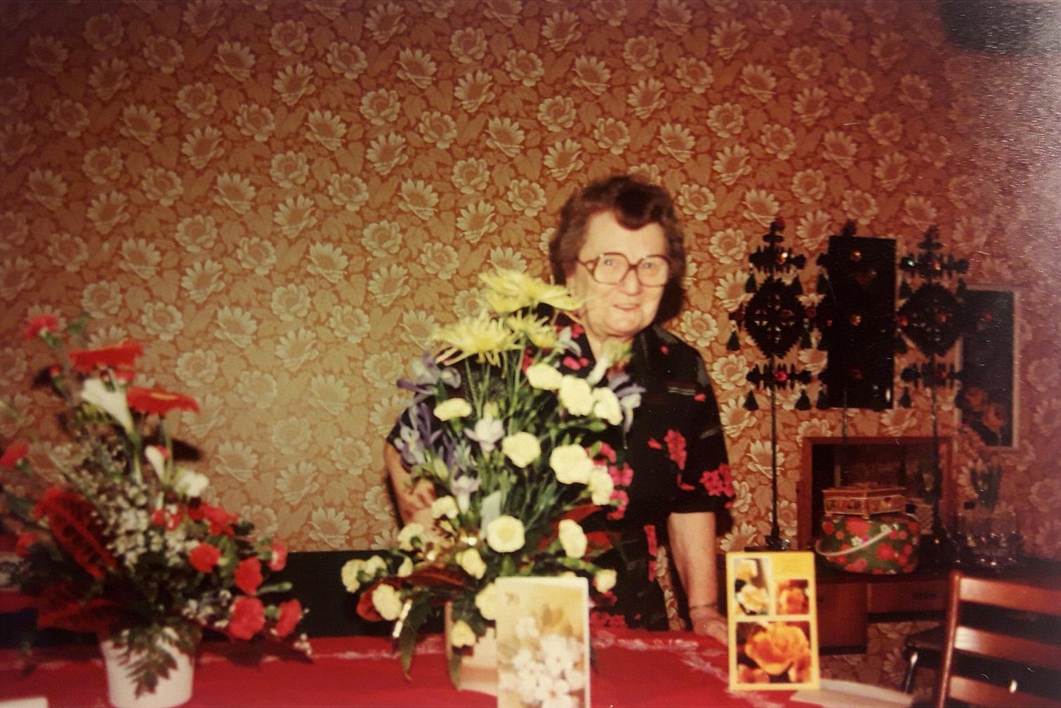 Ines Rosenback som här blir uppvaktad med blommor på en födelsedag.