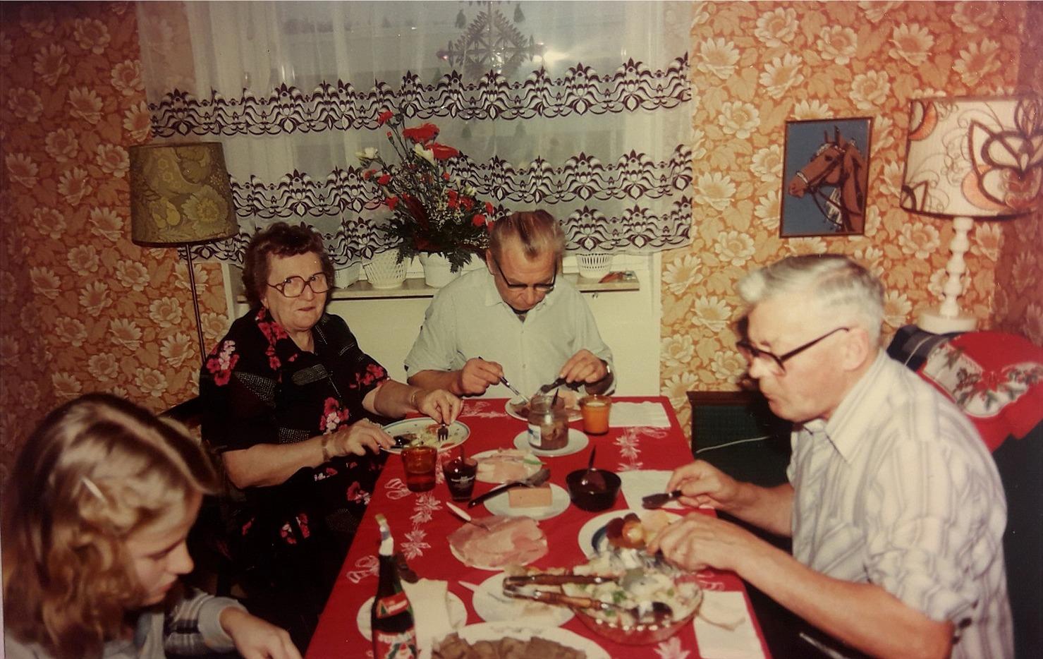 Ines och Eskil Rosenback har Åke Backlund vid bordsändan som gäst vid julbordet.