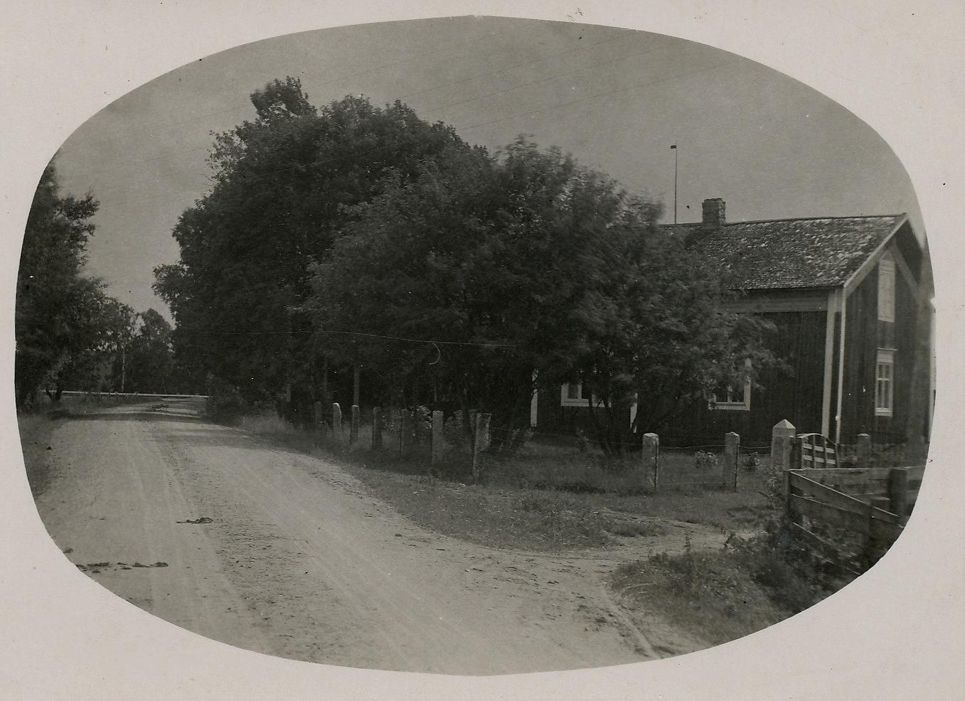 Artur Lövholm som var en duktig fotograf tog detta foto av Andersas gård från sin egen grind, eftersom han bodde på andra sidan vägen. Erland Grönroos som var en duktig stenhuggare har säkert tillverkat stenstolparna själv.