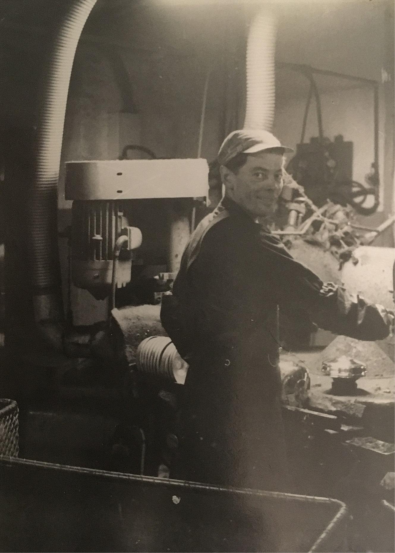 Eskil Rosenback på arbete i fabrik i Sverige på 1960-talet.
